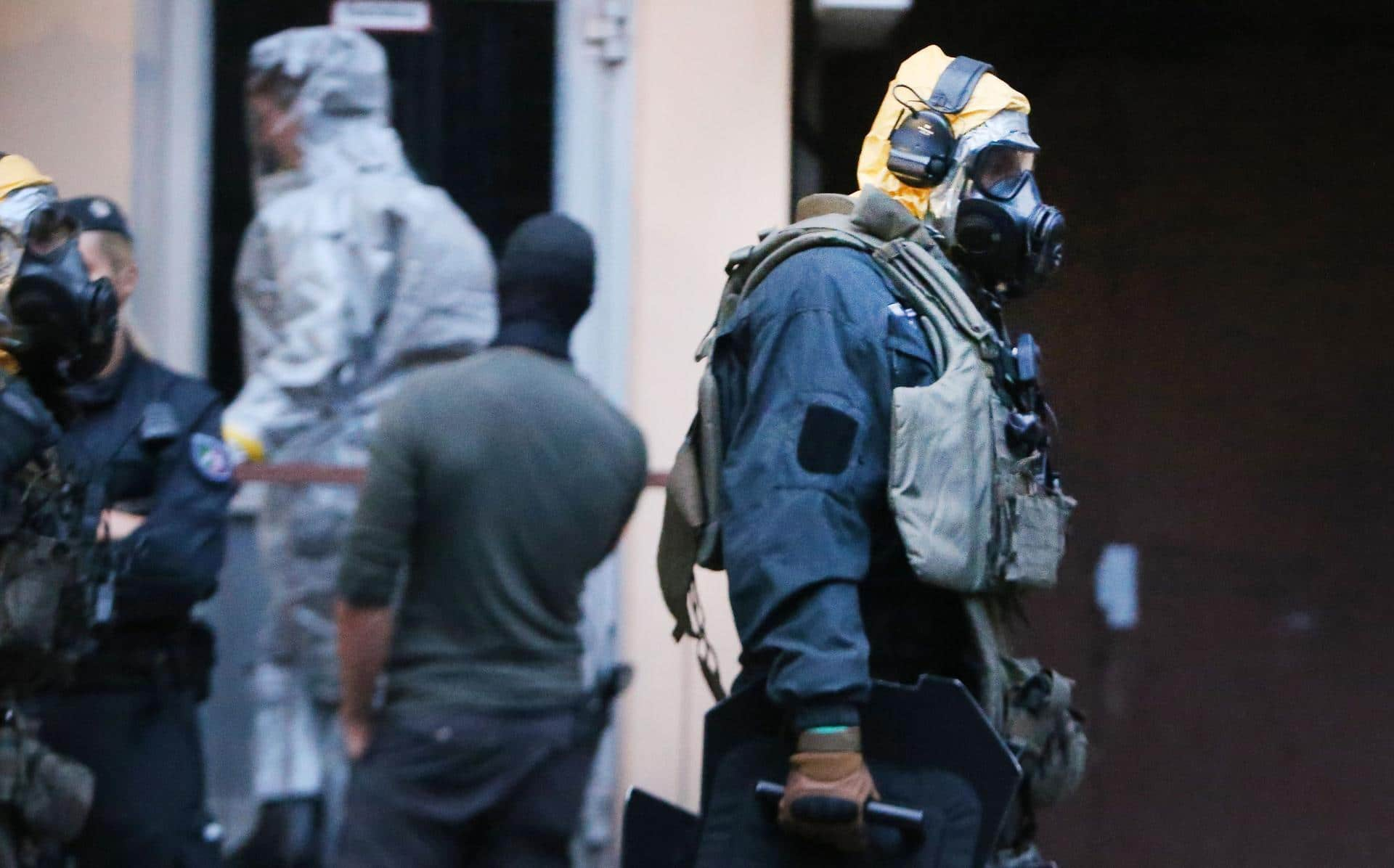 "Picture taken on June 12, 2018 shows police officers of a special unit wearing protective clothes and respiratory masks during an operation in Cologne's Chorweiler district, western Germany, where police found toxic substances after storming a flat. A Tunisian man arrested in Germany is suspected of trying to build a biological weapon using the deadly poison ricin, prosecutors said on June 14, 2018, stressing however there was no indication of any ""concrete attack plans"". - Germany OUT / AFP / dpa / David Young"